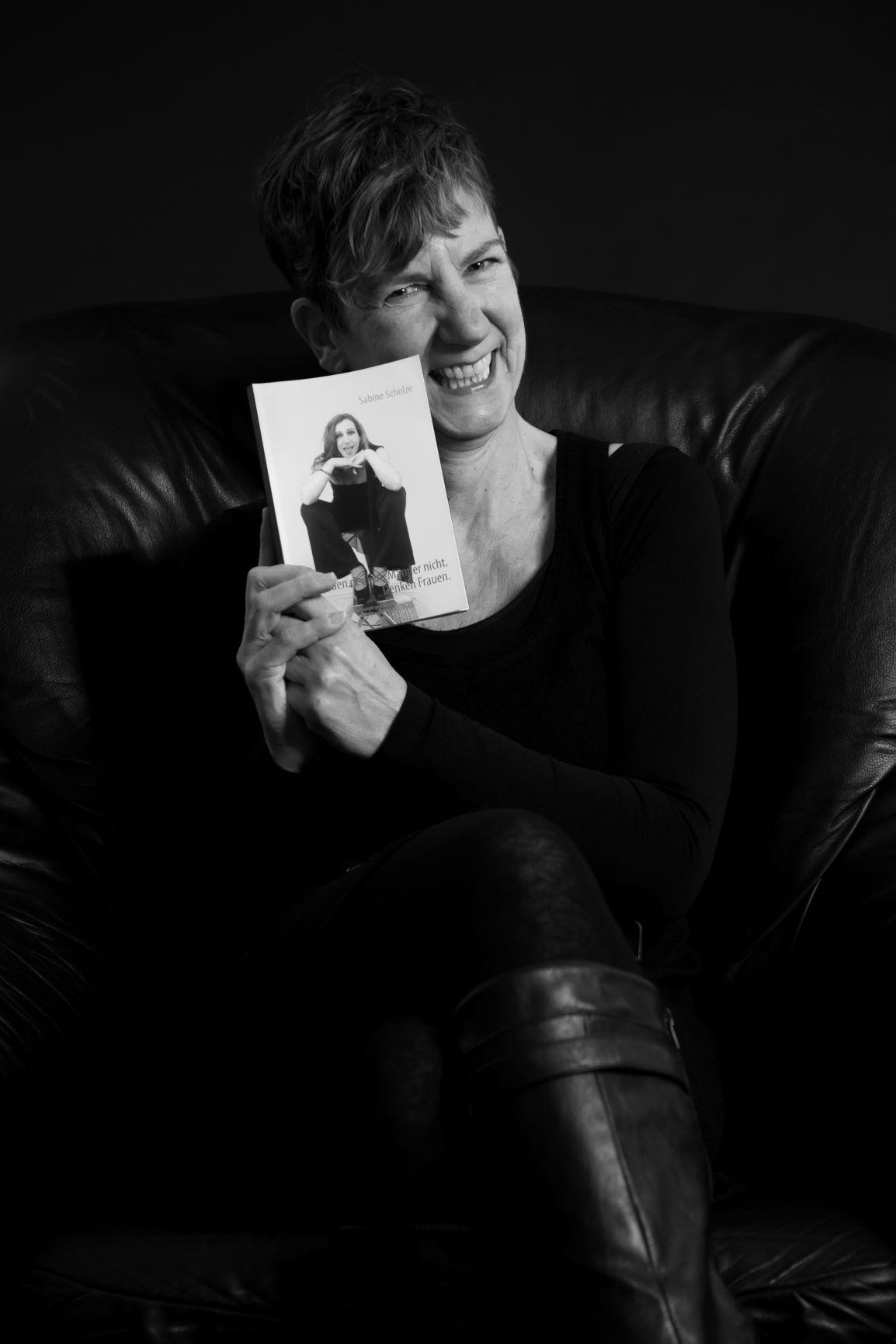 Sabine Scholze mit Buch