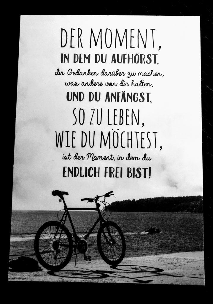 """Eine Postkarte mit dem Text: """"Der Moment, in dem Du aufhörst, Dir Gedanken darüber zu machen, was andere von Dir halten, und Du anfängst, so zu leben, wie Du möchtest, ist der Moment, in dem Du endlich frei bist!"""