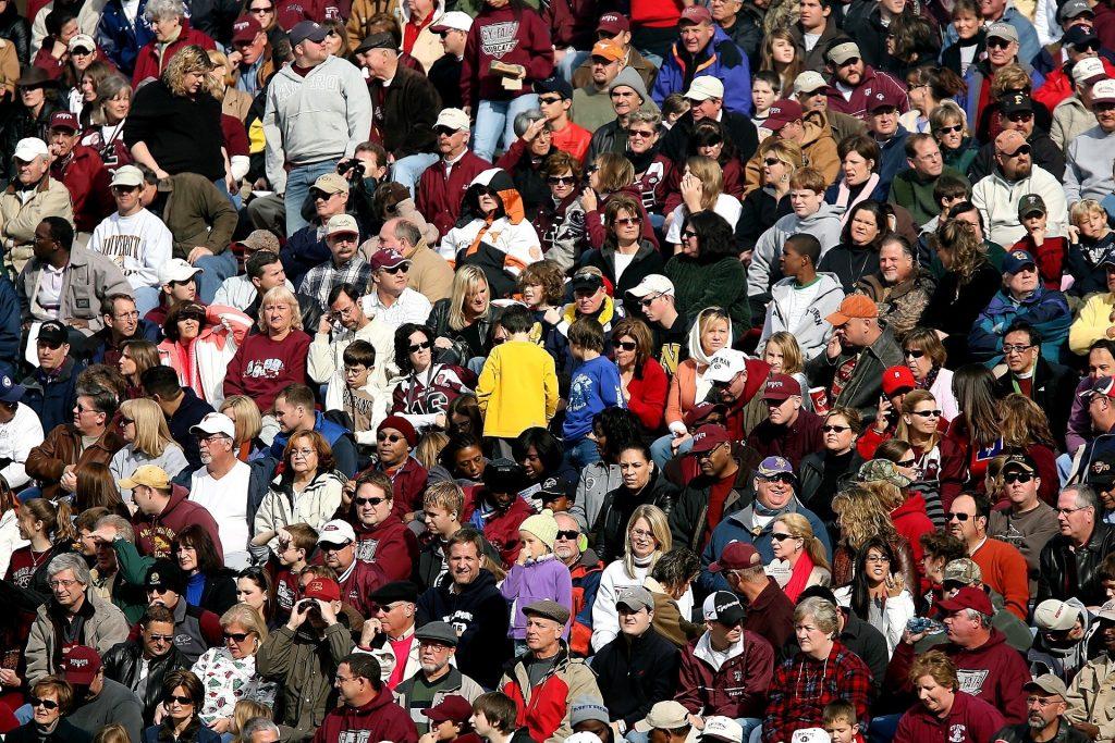 Eine Menschenmenge beim Fußball - nicht nur in Coronazeiten für Hochsensible eine Horrorvorstellung.
