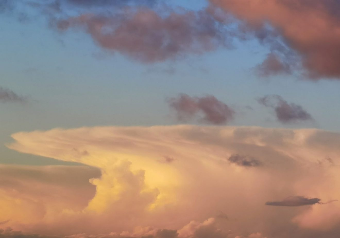 Eine seltsam gefärbte Wolke im Sonnenlicht
