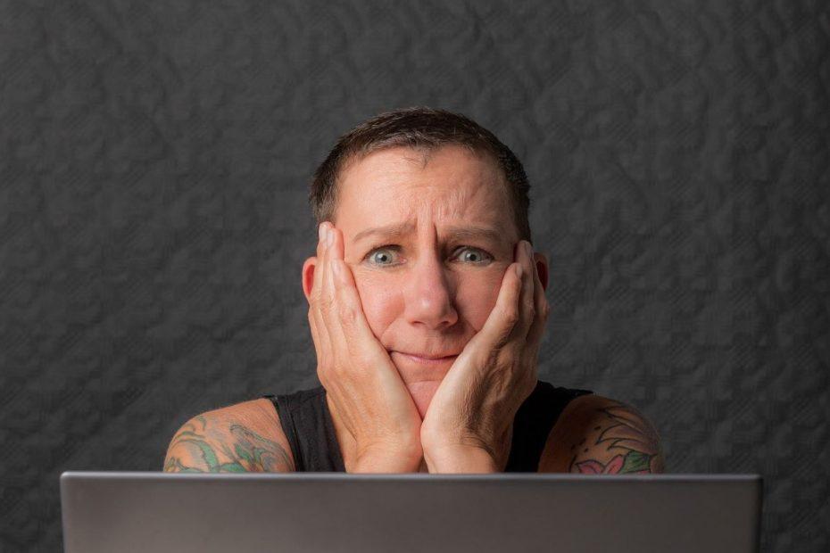 Sabine Scholze sitzt mit besorgtem Gesichtsausdruck vor einem Laptop und hat den Kopf auf die Hände gestützt. Sie denkt über Ziele und Druck nach.