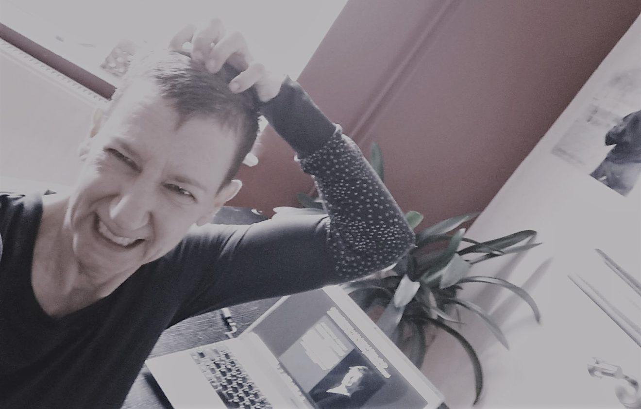 Sabine Scholze sitzt vor ihrem Schreibtisch und rauft sich die Haare.