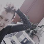 Sabine Scholze sitzt vor ihrem Schreibtisch am Laptop und kratzt sich am Kopf.