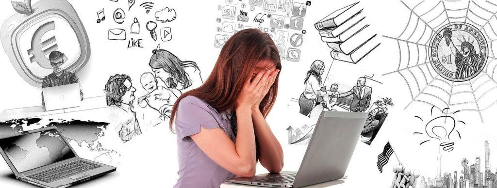 Eine Frau sitzt vor einem Laptop und hält die Hände vor ihr Gesicht. Im Hintergrund sind viele unterschiedliche Situationen zu sehen. Ein Symbol für Selbstoptimierung und Burnout-Gefahr.