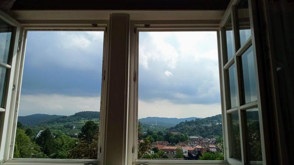 Der Blick aus dem Fenster auf Witzenhausen, das Gelstertal und die umliegenden Hügel.