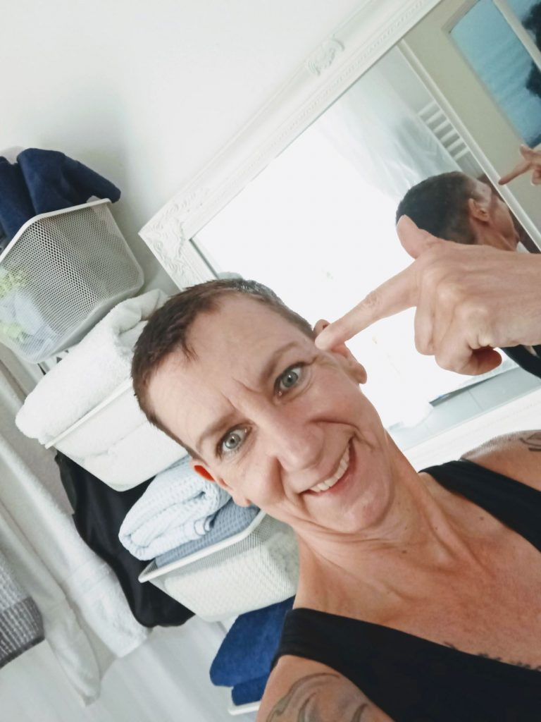 Sabine Scholze vor einem Spiegel.