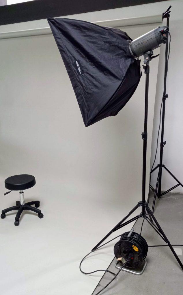 Die Szenerie eines Fotoshootings mit Drehhocker und Beleuchtung.
