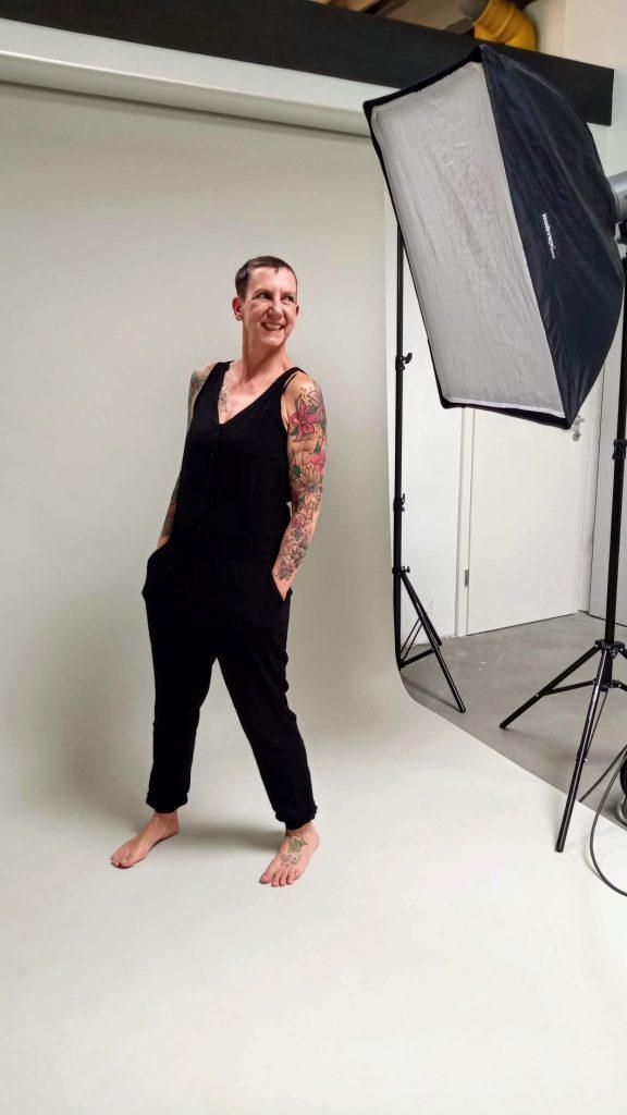 Sabine Scholze in einem schwarzen, ärmellosen Overall beim Fotoshooting