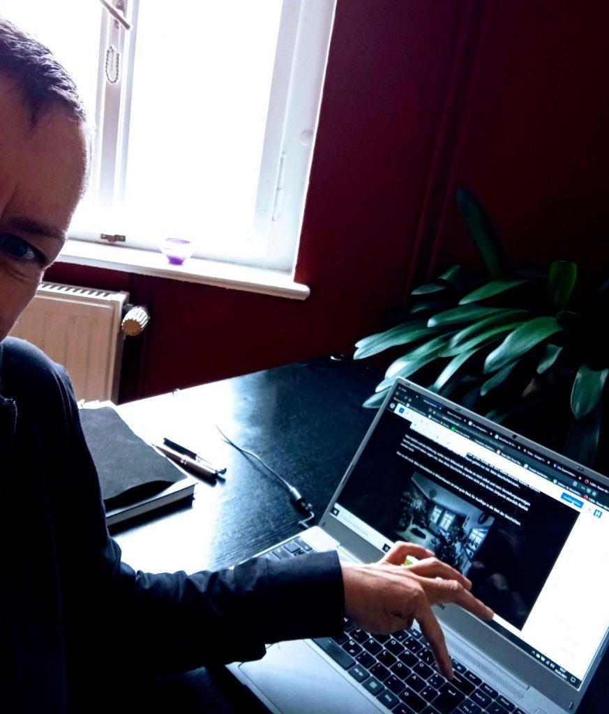 Sabine Scholze tippt auf die Return-Taste ihres Laptops, um den ersten Beitrag bei The Blog Bang zu veröffentlichen.