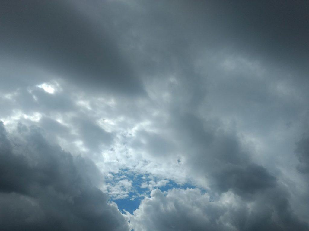 Ein Unwetter zum Abschied: Zwischen dunklen Wolken ist eine kleine blaue Lücke im Himmel zu sehen.