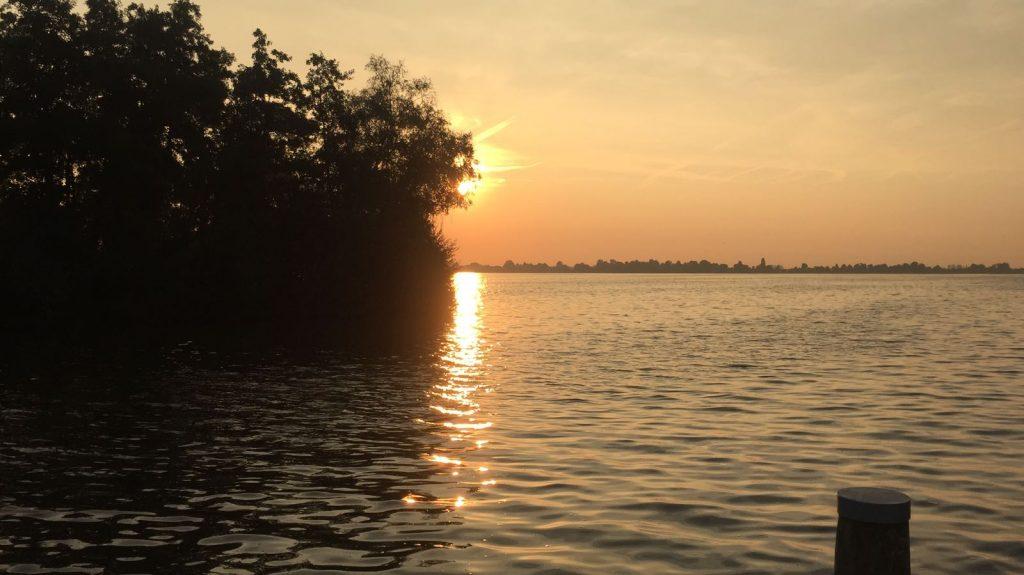 Auch dieser Sonntag wird zu Ende gehen - wie es der Sonnenuntergang auf dem Foto symbolisiert.