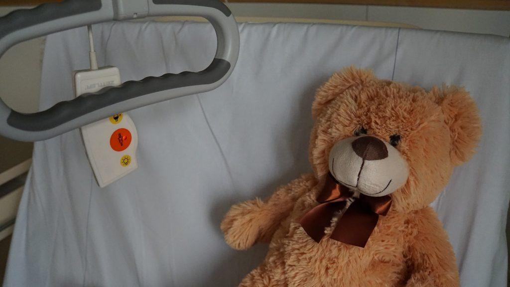 Ein Teddy im Krankenbett - als Sinnbild für Selbstfürsorge