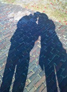Ein Schattenbild eines Paares - Symbol für die vier Phasen der Trauer nach Verena Kast