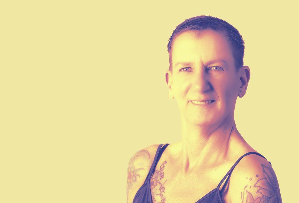 """Sabine Scholze im Portrait, bearbeitet mit sonnigem Gelb - sie ist ein vielbegabtes Multitalent, eine """"Zebrafrau""""."""