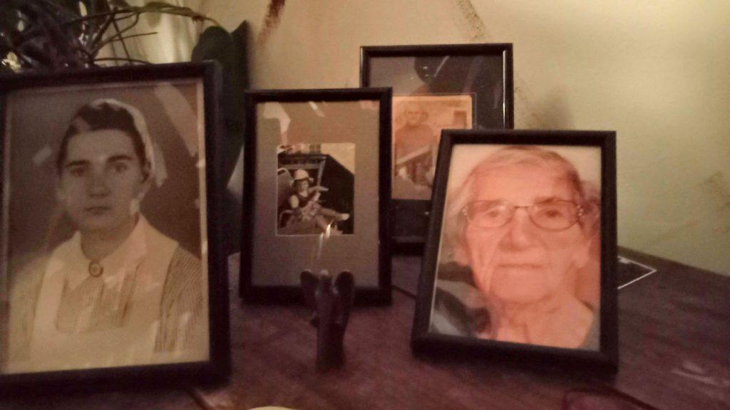 Einige Fotos in Sepia, in der Mitte eine Engelsfigur. Erinnerungen an meine Familie.