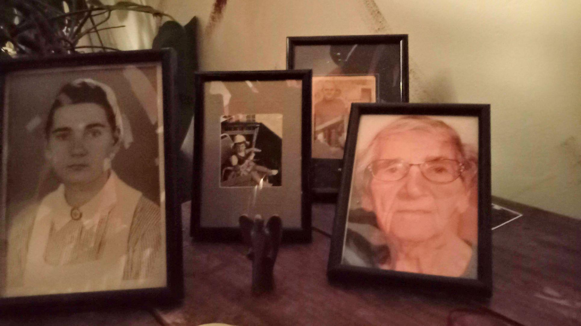 Ein Foto von vier Fotos: Meine Mutter einmal als junge und einmal als alte Frau, dazwischen die kleine Sabine und der beste Onkel von allen.