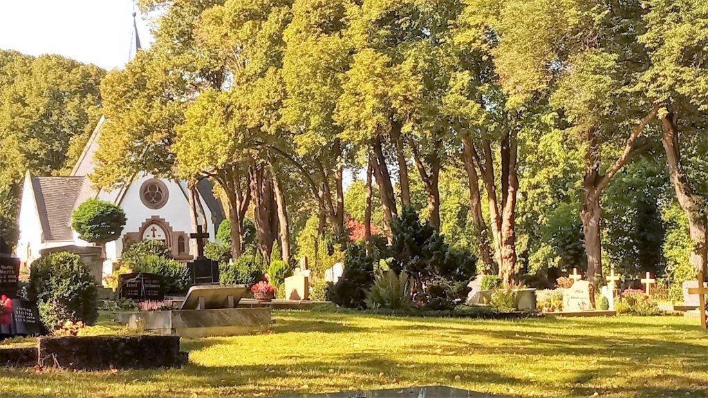 Ein Fotoausschnitt des Witzenhäuser Friedhofs mit der Kapelle - stellvertretend für den Abschied in Bildern, den ich genommen habe.