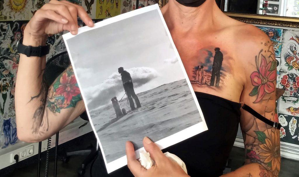 Sabine Scholze hält ein Foto von ihrem Mann Tim und ihrem Hund. Dieses Bild ist die Vorlage für ein neues Tattoo über dem Herzen, das im August 2021 entstanden ist. das ebenfalls zu sehen ist.