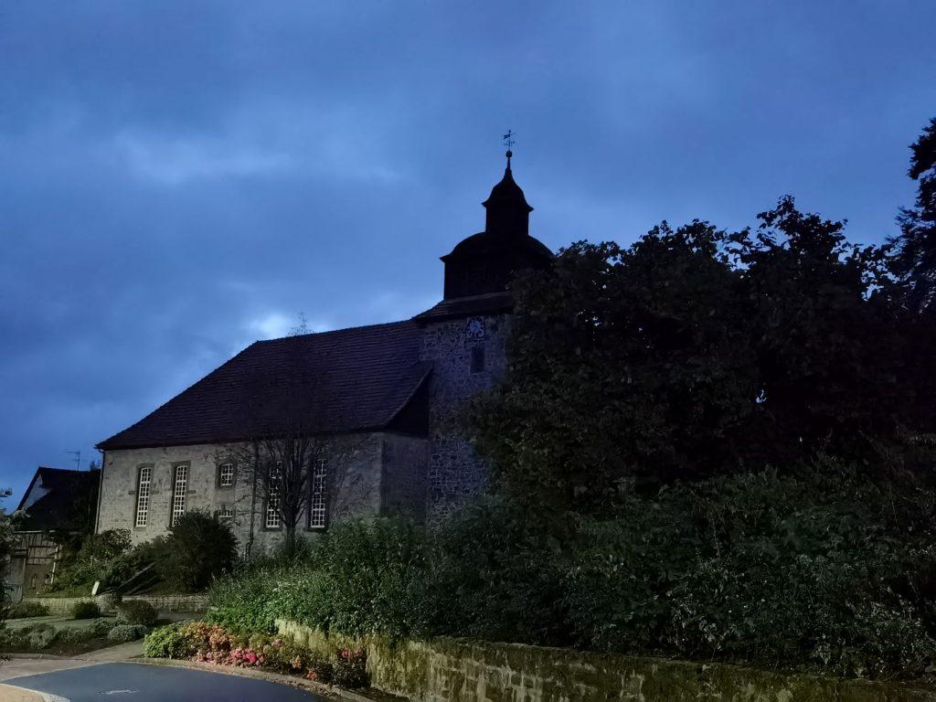 """Ein Foto der Kirche von Dankelshausen bei Scheden. Das erste Bild des heutigen Artikels """"12 von 12: Mein 12. Oktober 2021""""."""